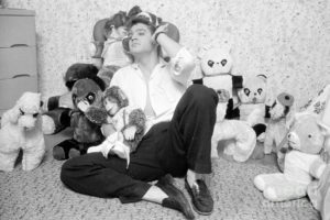 1-elvis-presley-at-home-with-teddy-bears-1956-phillip-harrington