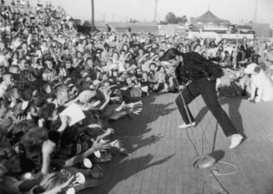 Elvis-Presley-performs-in-1957-900x640