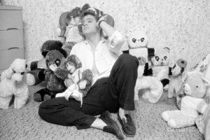 1-elvis-presley-at-home-with-teddy-bears-1956-phillip-harrington