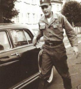 1959-Mercedes-220S-Elvis-in-Germany-b