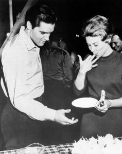 1961-january-6-elvis-26th-birthday-party-on-set