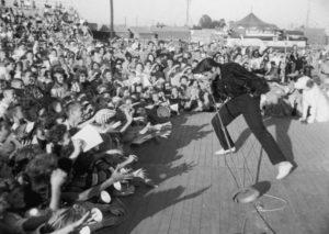 Elvis-Presley-performs-in-1957-900x640