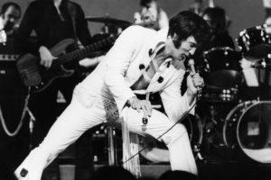 """Elvis - That's The Way It Is (Elvis: That's The Way It Is, Dokumentation, USA 1970, Regie: Denis Sanders) Elvis Presley  / Dokumentarfilm, Musikdokumentation, music documentary, King of Rock'n'Roll, Mann, Musik, singer, Sänger, Legende, Bühne, Mikrofon, singen, Auftritt, Konzert, typisches Bühnenkostüm """"Jumpsuit""""  /------WICHTIG: Nutzung nur redaktionell mit Filmtitelnennung bzw. Berichterstattung über   diesen Film. Buch- und Kalendernutzung nur nach Absprache. ------IMPORTANT: To be used solely for editorial coverage of this specific motion picture/TV programme."""